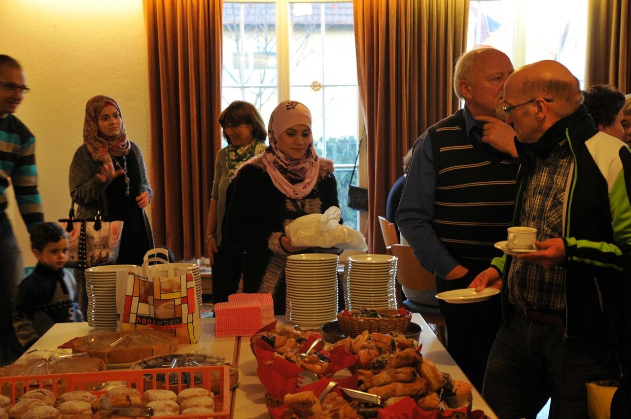 Flüchtlinge und Ehrenamtliche beim gemeinsamen Cafe